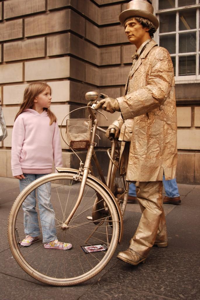 Edinburgh_Festival_street_actor2